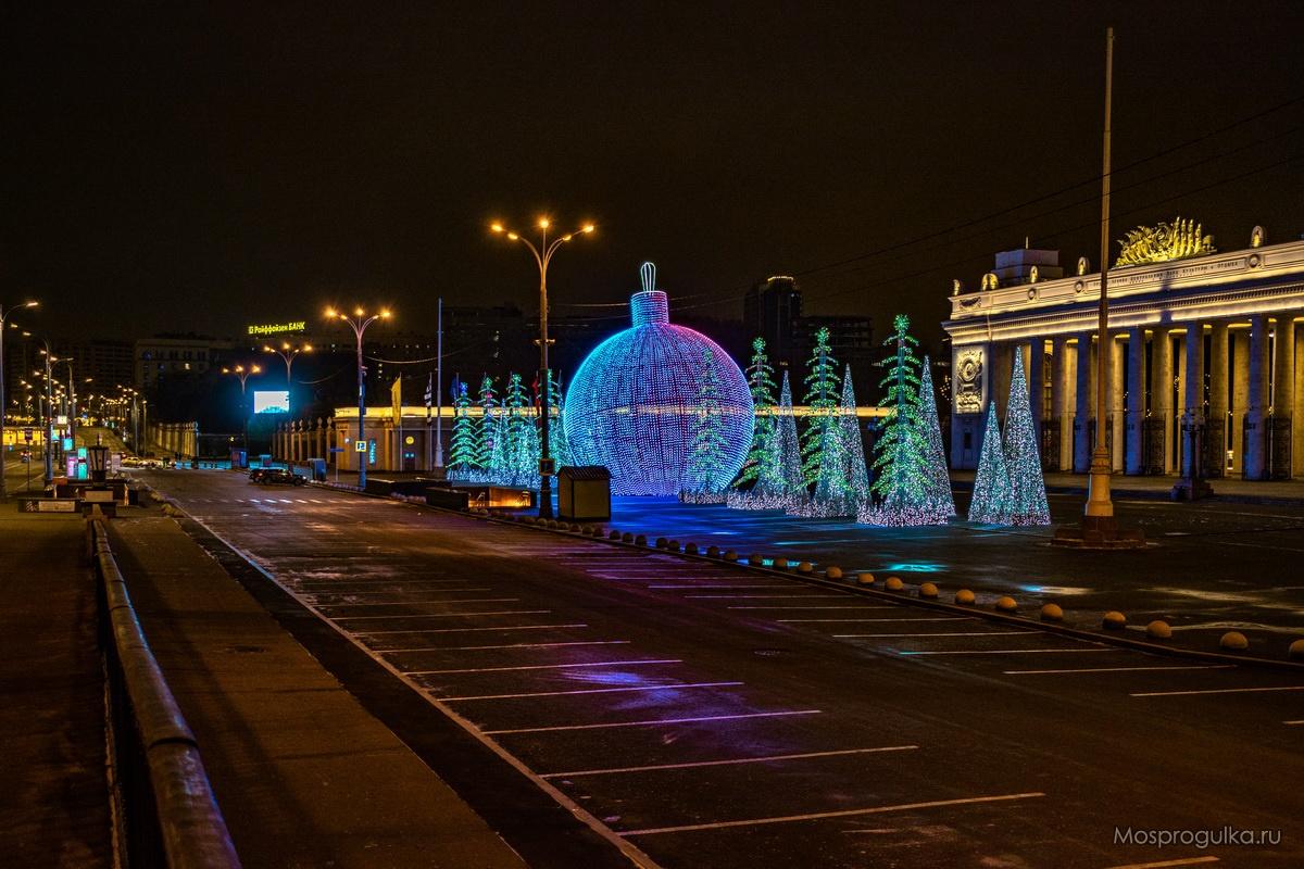 Новогодняя световая инсталляция перед Парком Горького