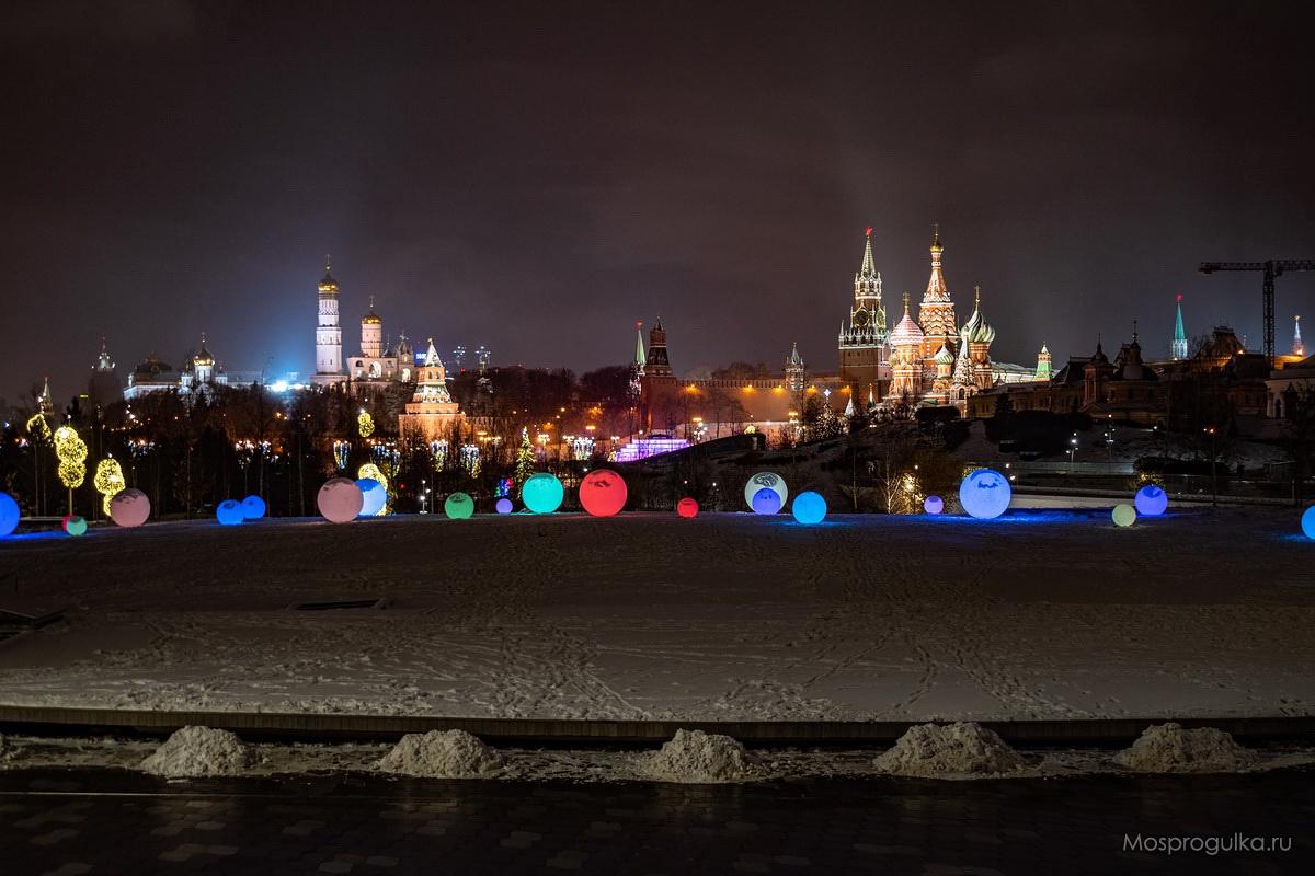 Светящиеся шары в парке Зарядье