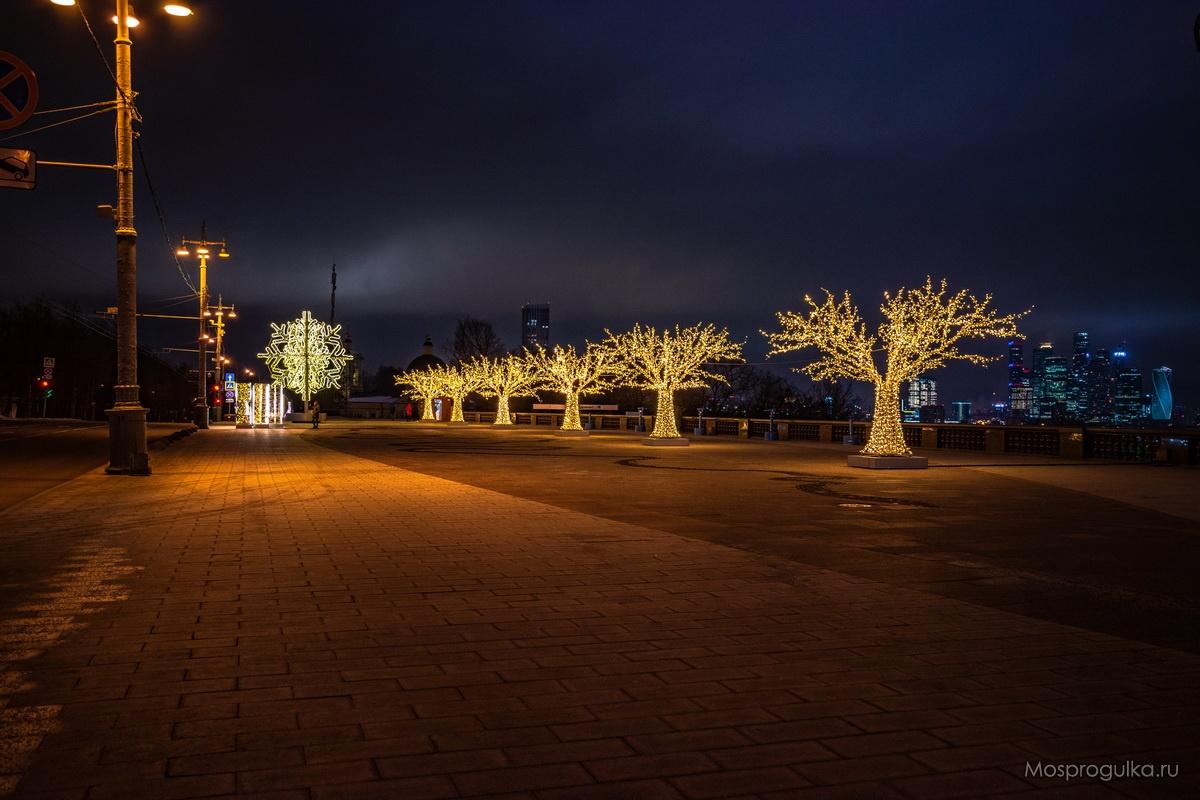 Новогодние инсталляции на смотровой площадке Воробьёвых гор