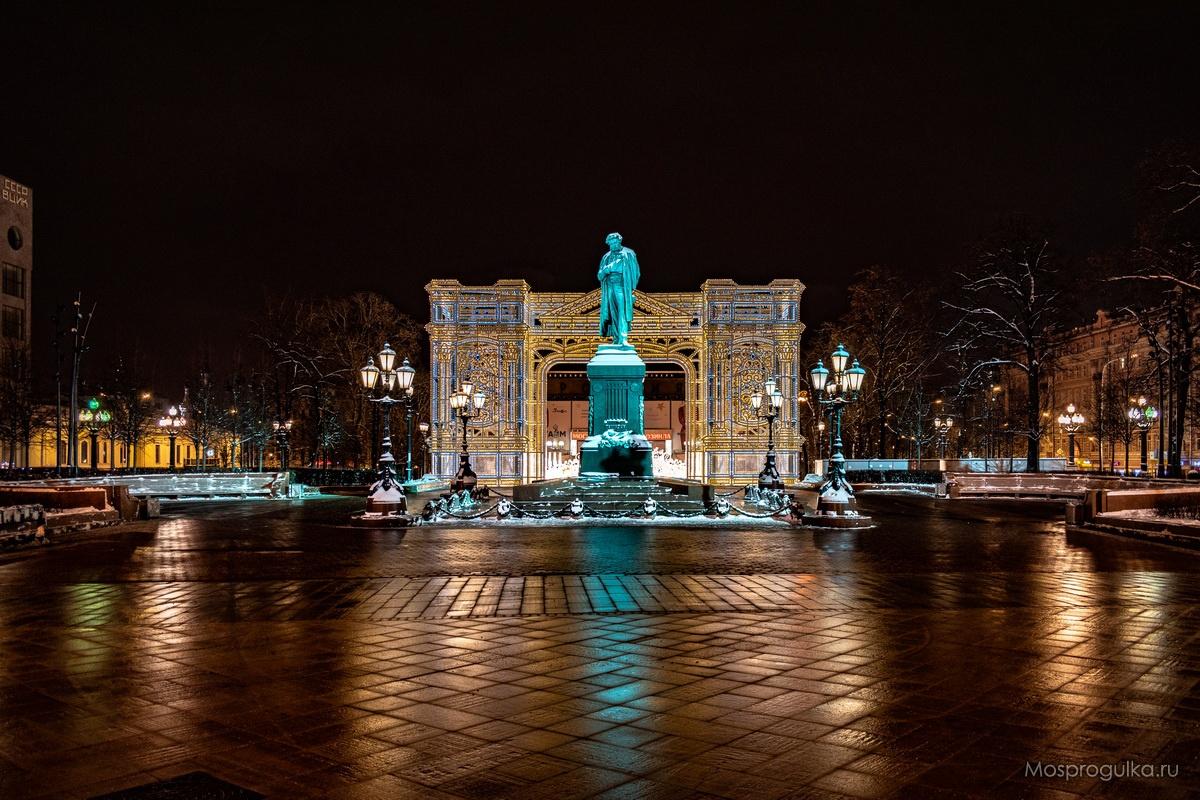 Новогодняя световая арка на Пушкинской площади