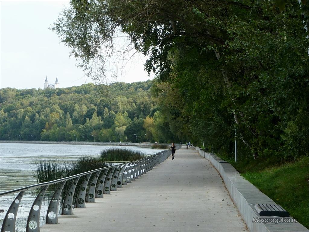 Парк Фили: набережная вдоль Москвы-реки