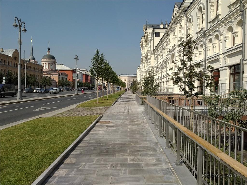 Тротуар вдоль Новой площади